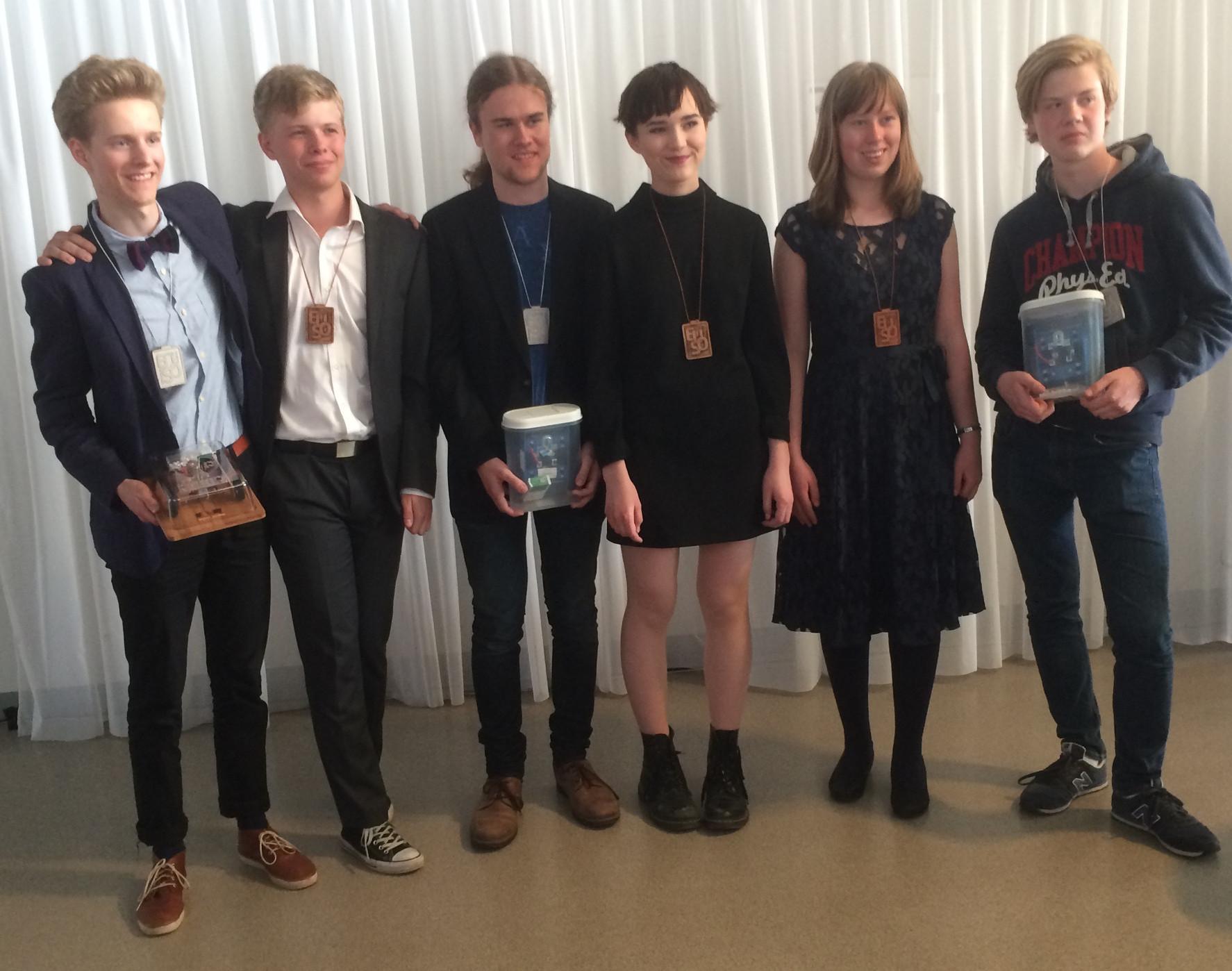 Årets svenska EUSO-deltagare efter prisutdelningen, från vänster: Arvid Lunnemark, Oliver Lindström, Ludvig Forslund, Julia Salwén, Alicia van Hees och Nils Hammar.
