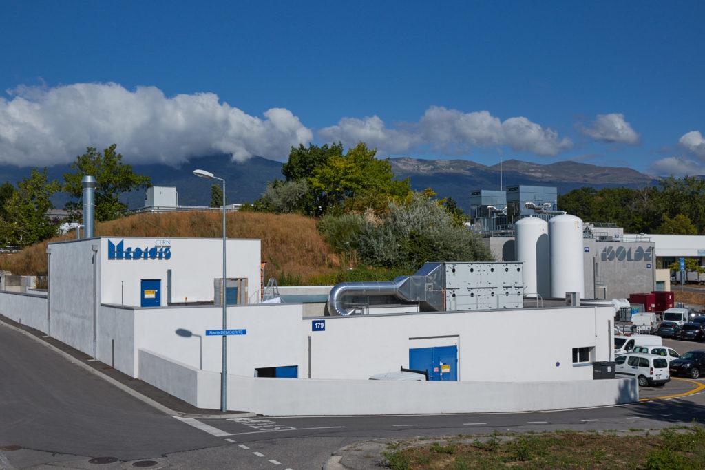 MEDICIS-anläggningen med Jura i bakgrunden.